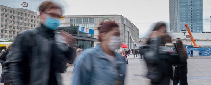 Menschen mit Schutzmasken gegen Corona-Infektion. Foto: epd-Bild/Rolf Zoellner